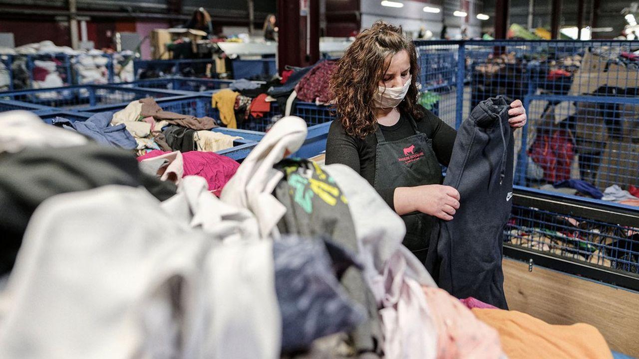 Les friperies commencent à rouvrir. Mais elles ne prennent que peu de vêtements collectés. Environ 80% des habits partent à l'export, pour réutilisation en Afrique subsaharienne par exemple, ou pour recyclage dans des pays à faible coût de main d'oeuvre.