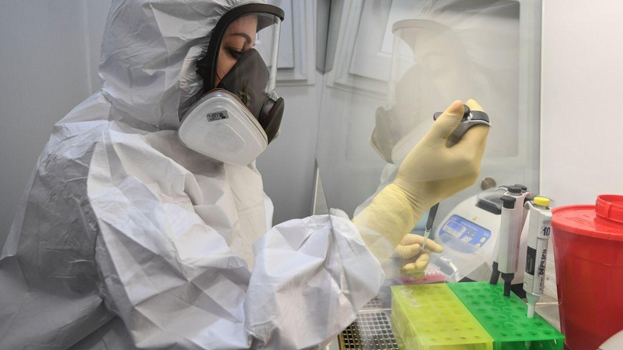 Une médecin réalise des tests à Novosibirsk, en Russie, le pays qui a le plus enregistré le plus de cas en Europe.