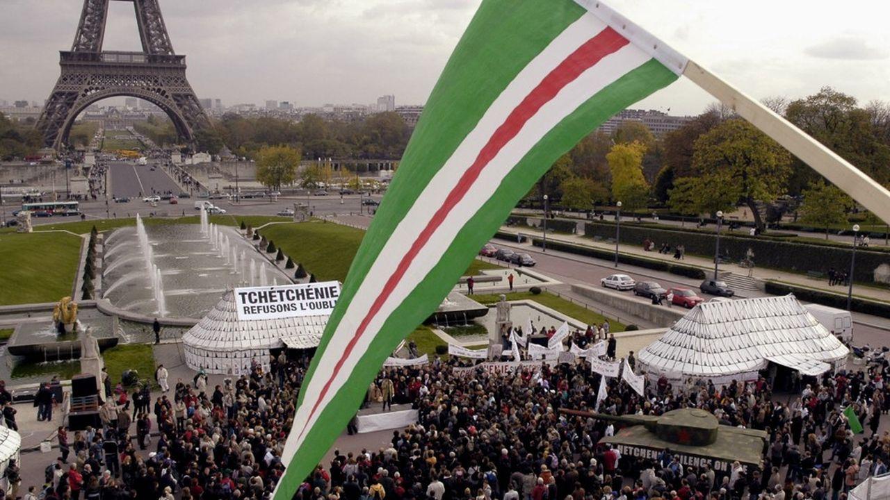 Les réfugiés tchétchènes en France et leurs enfants, comme ici lors d'une manifestation avec leur drapeau à Paris, ont été marqués par la violence des deux guerres menées par Moscou contre les indépendantistes