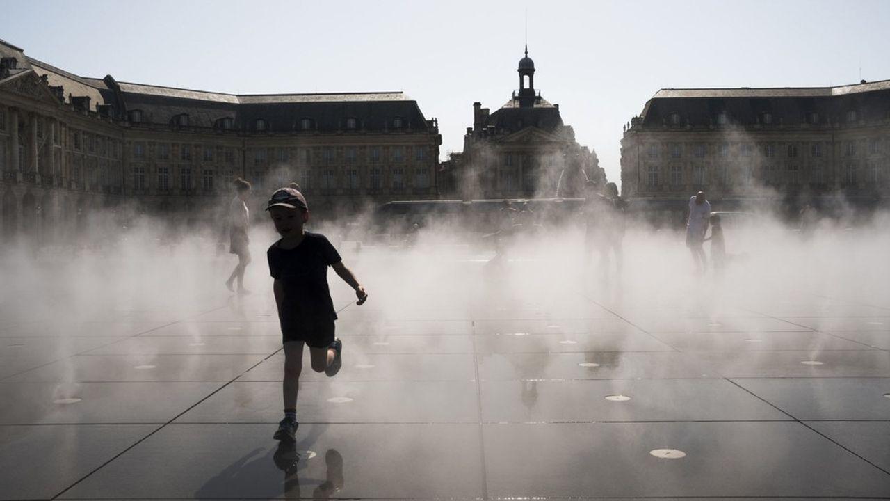 A Bordeaux, sur le Miroir d'Eau, une pièce d'eau peu profonde où vacanciers et habitants se rafraîchissent quand la ville est écrasée par la chaleur, comme ici à l'été 2017.