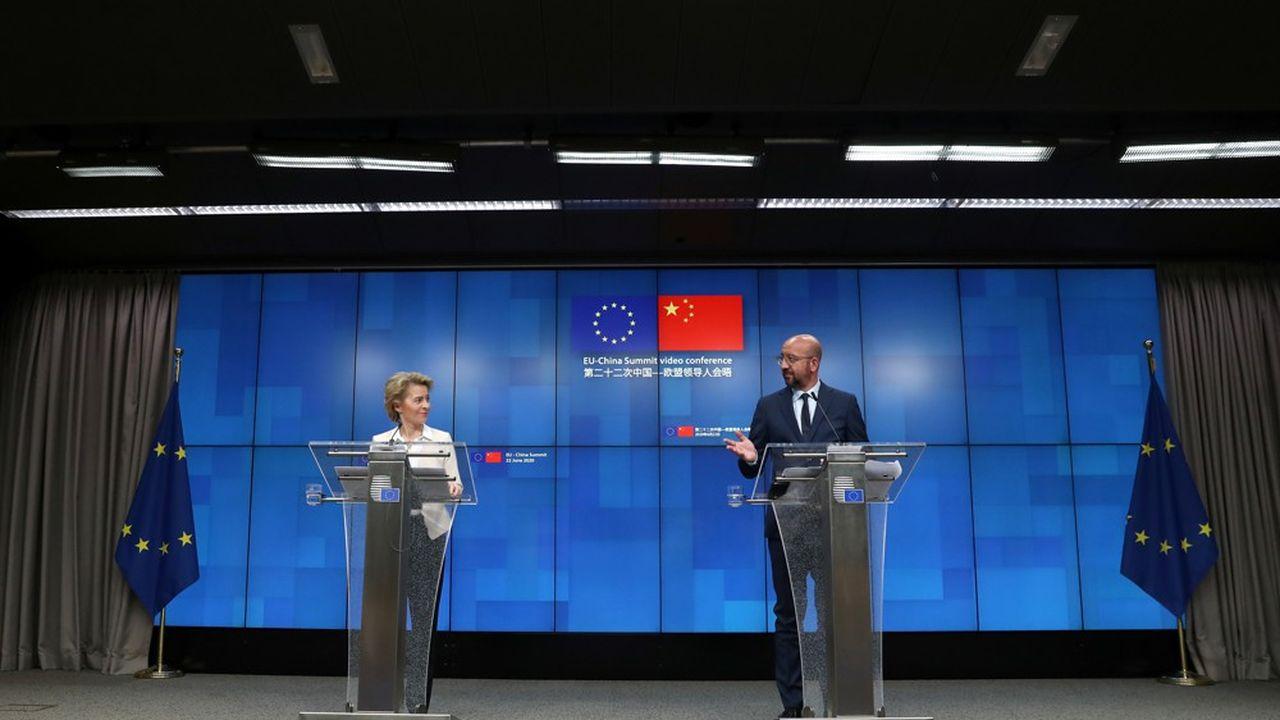 Ursula von der Leyen et Charles Michel, respectivement présidents de la Commission européenne et du Conseil européen, lors de leur conférence de presse, lundi.