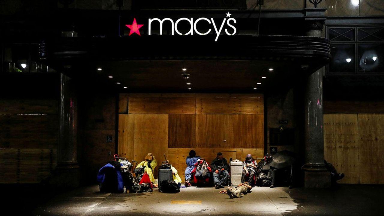 Des SDF devant la chaîne de magasin Macy's à New York, le 3 juin 2020.