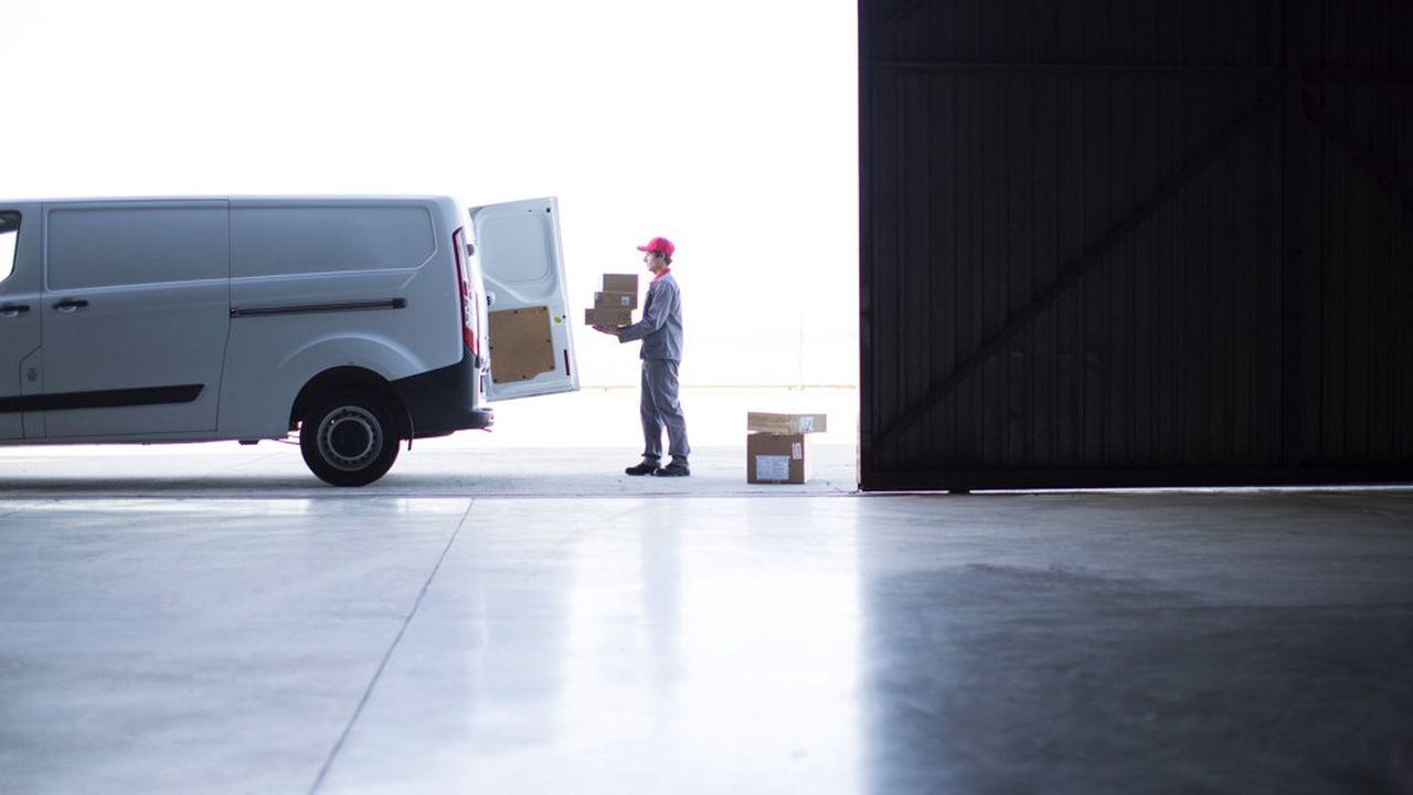 La livraison par camion reste incontournable. Leur conversion amorcée au gaz naturel pour véhicules (GNV) - qui diminue les émissions de CO2 de 15 % par rapport aux véhicules de l'ancienne génération - ou au biogaz limite leur empreinte carbone.
