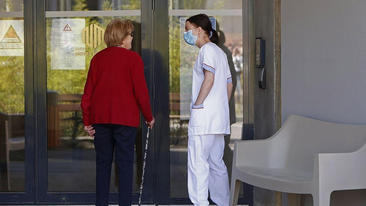 On manque d'aides-soignants pour s'occuper des personnes âgées dépendantes.
