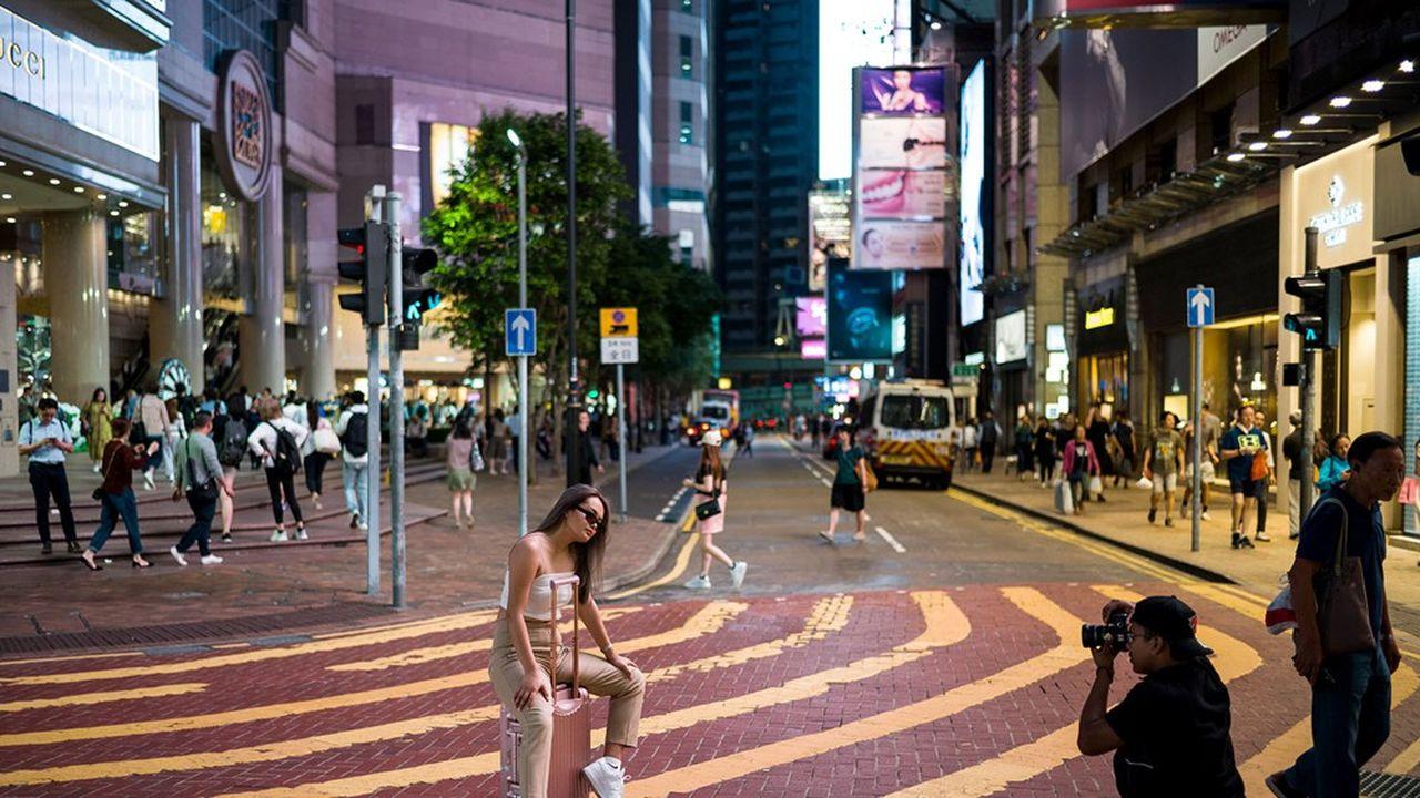 30octobre 2019, Russell Street, à Hong Kong, attire toujours autant les visiteurs. Mais après une année de manifestations puis la crise sanitaire, le prix de l'immobilier anettement chuté ouvrant des espaces pour les commerces de proximité et les Hongkongais.