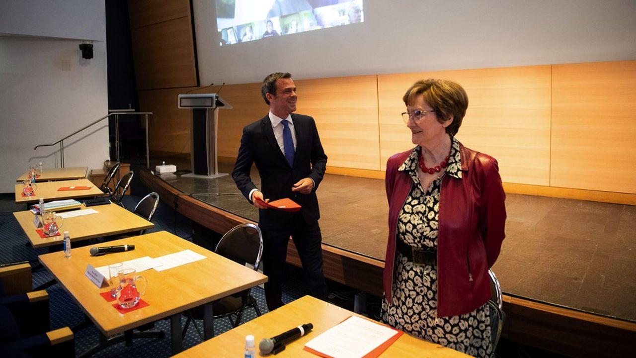 Les négociations sur les rémunérations hospitalières, premier pilier du Ségur de la Santé, sont animées par Nicole Notat (à droite), missionnée par le ministre de la Santé, Olivier Véran (à gauche).