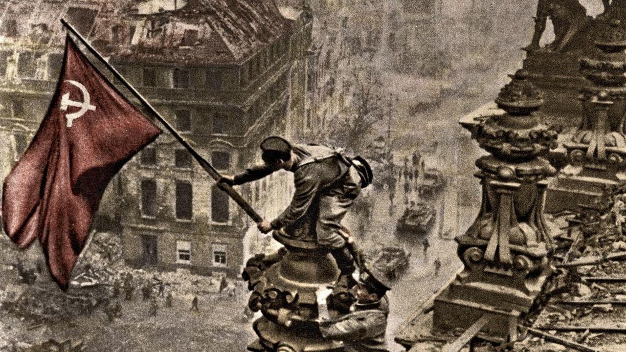 La photo iconique d'un soldat plantant le drapeau soviétique sur le toit du Reichstag, le 2mai 1945, dans un Berlin en ruine est une des plus célèbres de la seconde guerre mondiale et largement utilisée par Moscou à fins de propagande.