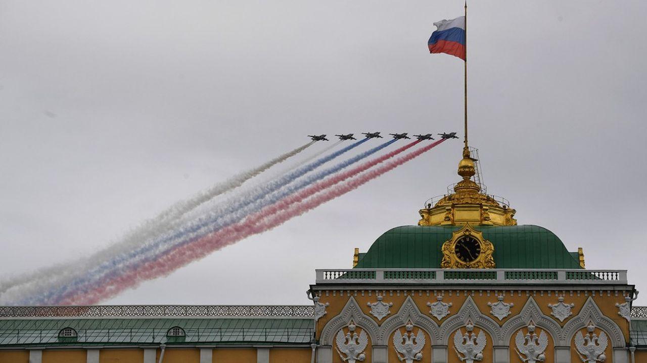 Des chasseurs bombardiers Sukhoi Su-25 ont fêté, seuls, le 9mai 2020, en volant au-dessus du Kremlin avec des fumigènes aux couleurs du drapeau russe.
