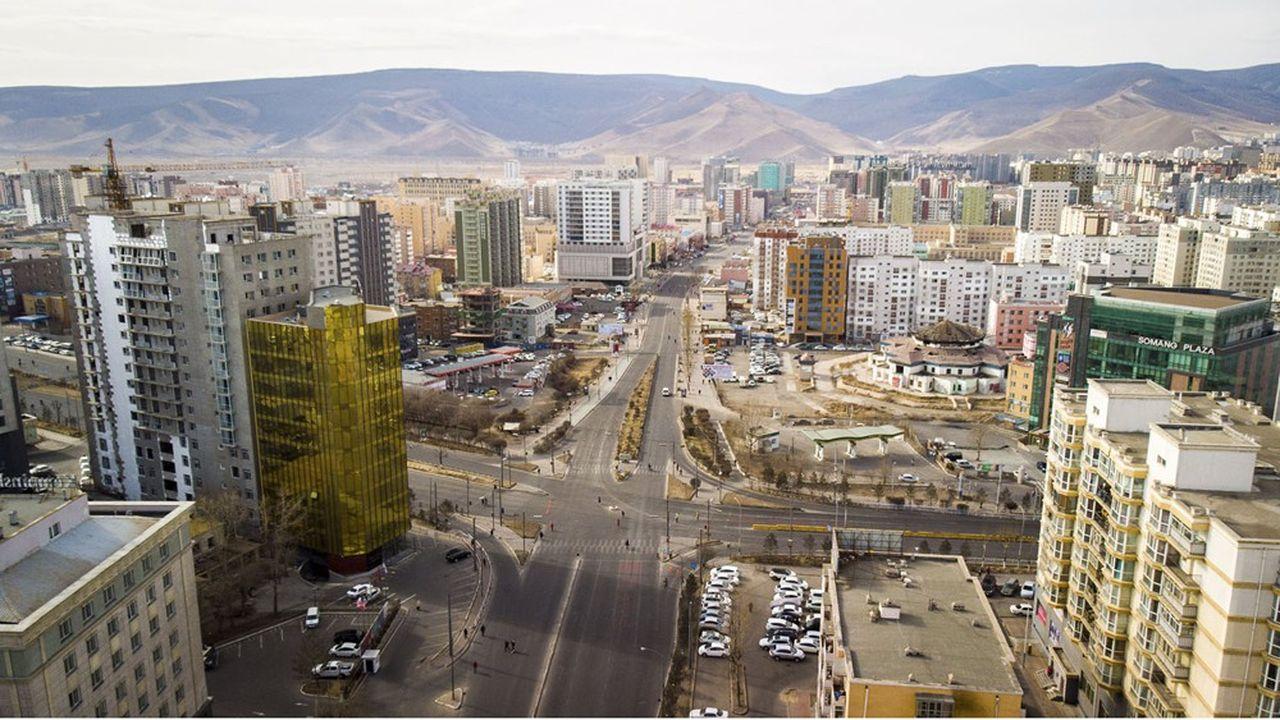 Ulan Bator, la capitale implantée au milieu des steppes, concentre derrière ses murs la moitié de la population mongole.