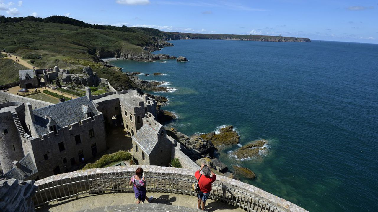 Selon un sondage des comités régionaux du tourisme, les Français privilégieront d'abord le littoral. Et aux dires des opérateurs touristiques, la Bretagne a le vent en poupe(ici le fort La Latte, près du cap Fréhel).