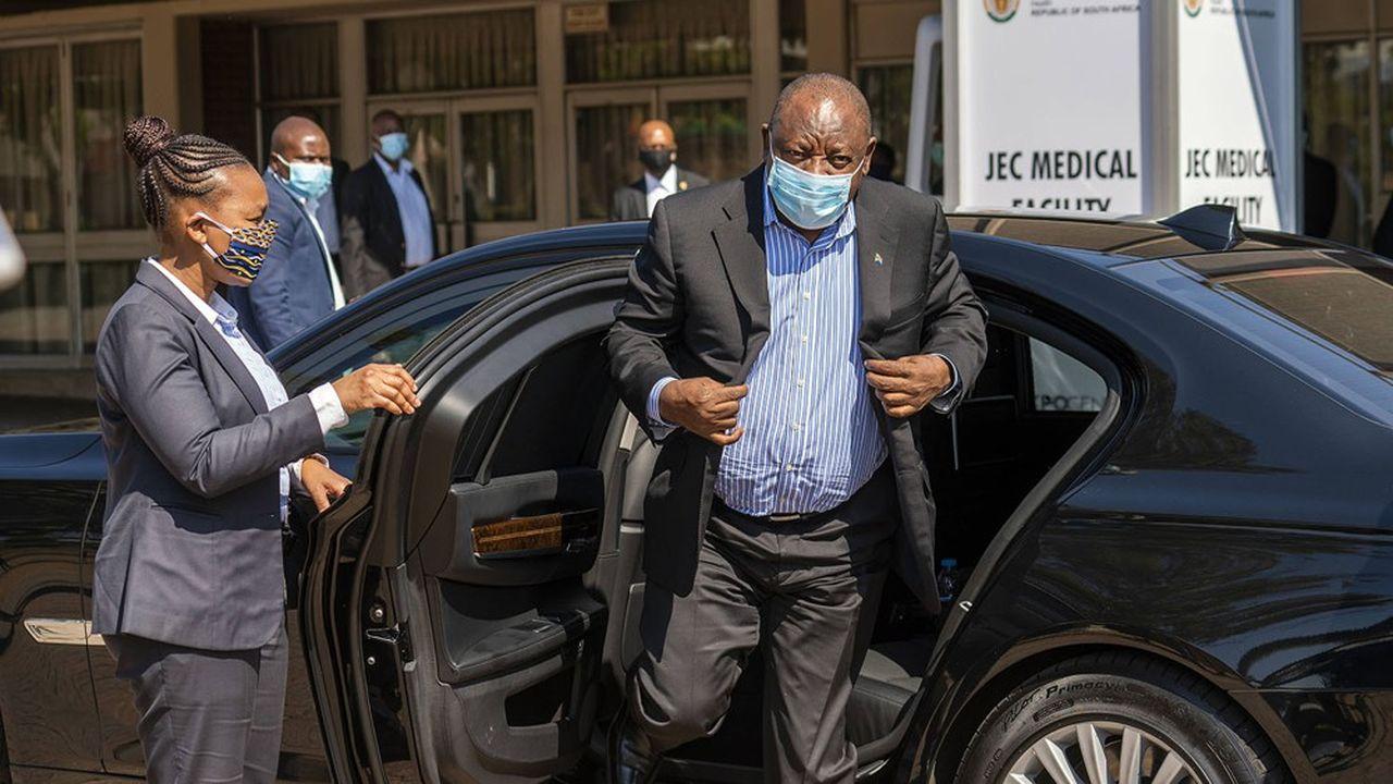 Après un confinement très strict décidé fin avril, le pays a commencé à assouplir les mesures afin de permettre à l'économie de redémarrer. Ici, le président Cyril Ramaphosa, masqué, sort de sa voiture.