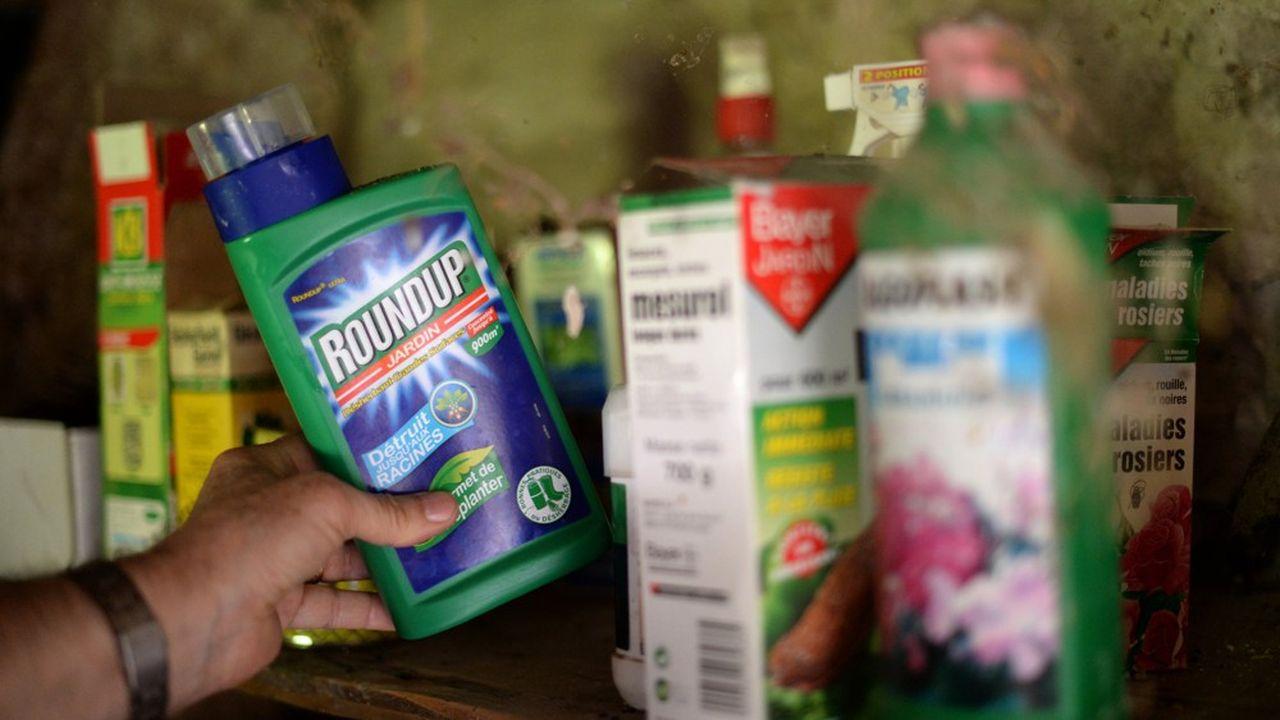 Bidon de Roundup, herbicide produit par la compagnie americain Monsanto. Le glyphosate, principe actif du Roundup, a ete classe 'cancerogene probable' par l'OMS en mars dernier pesticide, agriculture
