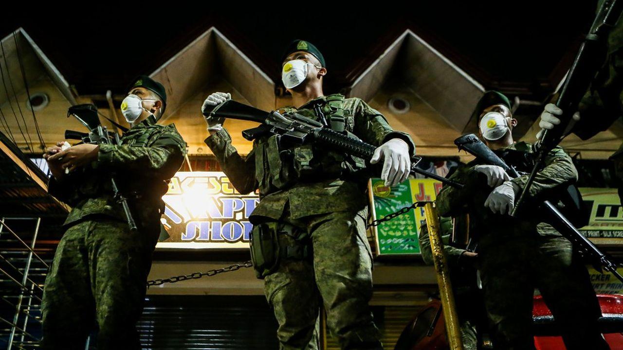 Des soldats ont été déployés aux quatre coins des Philippines, comme ici dans le métro de Manille, au prétexte de lutter contre la pandémie.