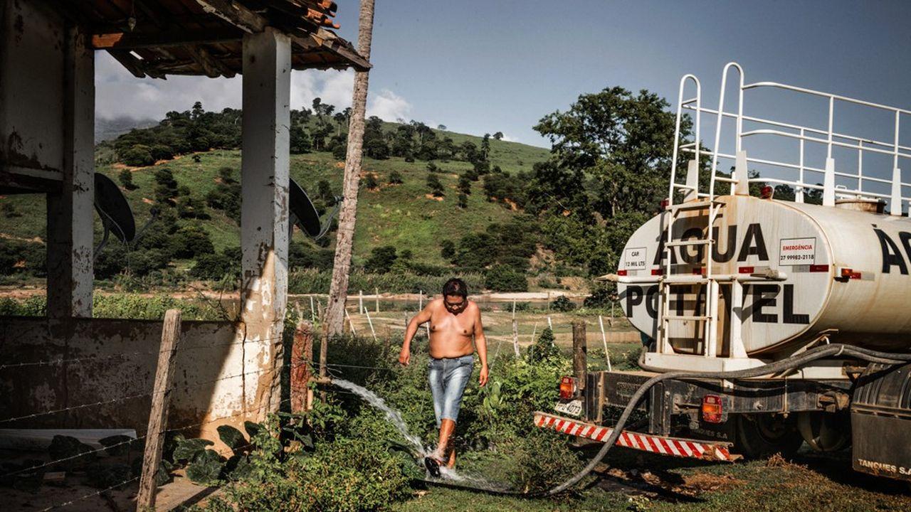 Des camions-citernes alimentent les villages en eau potable, comme celui de Replendor au Brésil.