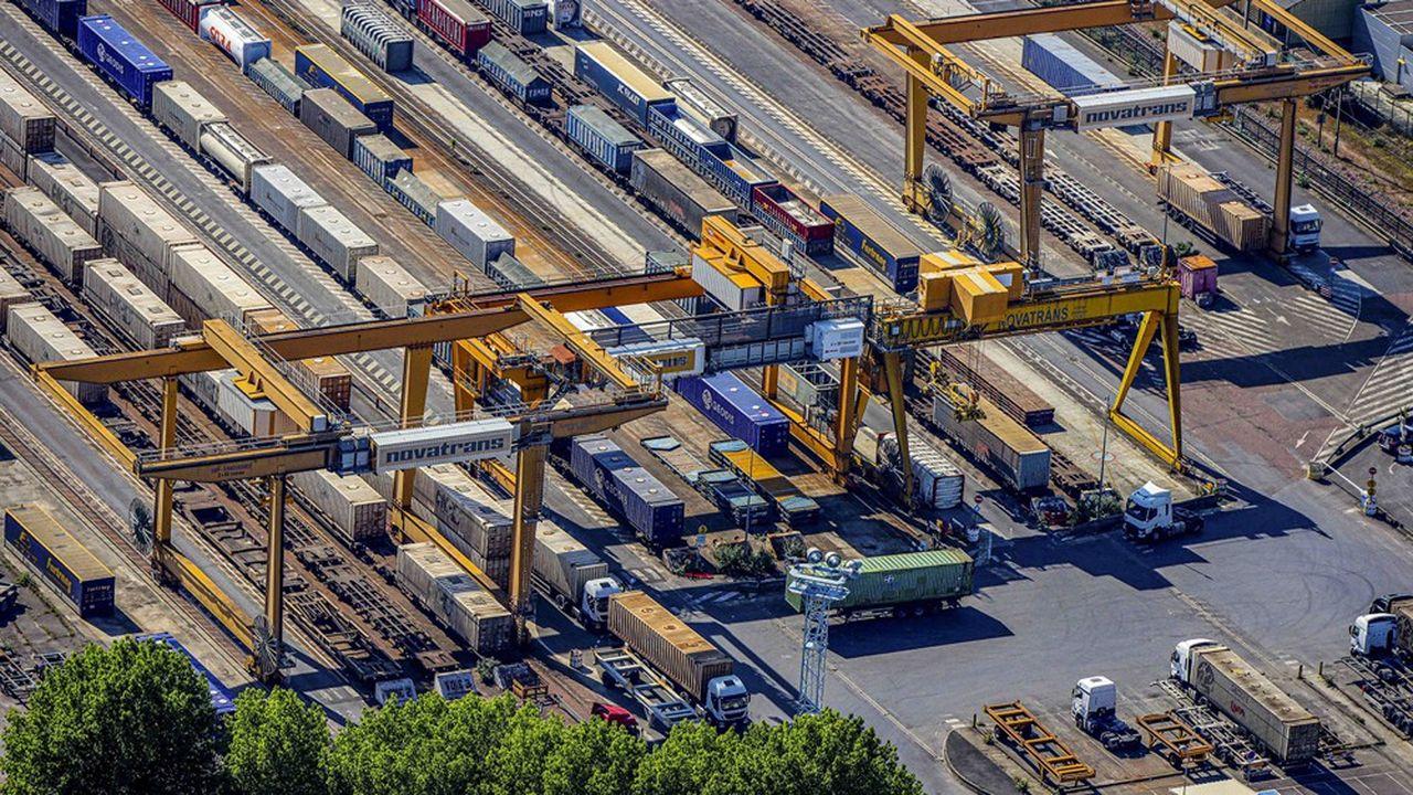 En France, la part modale du rail dans les transports terrestres de marchandises est tombée à environ 9%, contre 18% en Allemagne et 35% en Suisse.