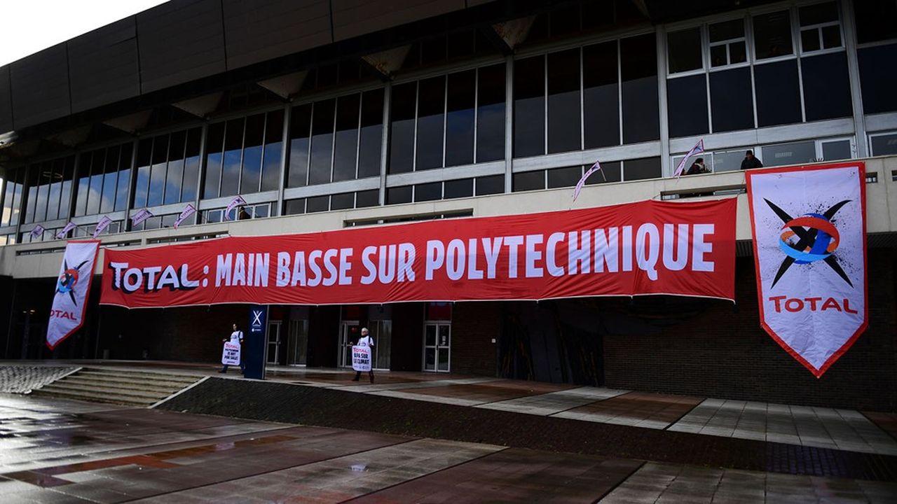 Le 12mars dernier, Greenpeace avait déployé une banderole sur le bâtiment de Polytechnique pour réclamer le déplacement du bâtiment de Total qui devait être installé sur le campus de Polytechnique.
