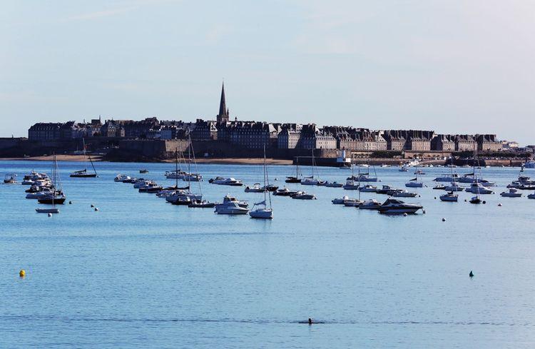 Depuis Dinard, on peut apercevoir la Cité intra-muros de Saint-Malo.