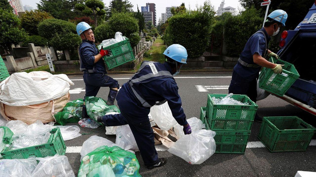 Au Japon, où l'apprentissage est très rare, les lycées proposent un accompagnement à leurs élèves en collaboration avec le service public de l'emploi.