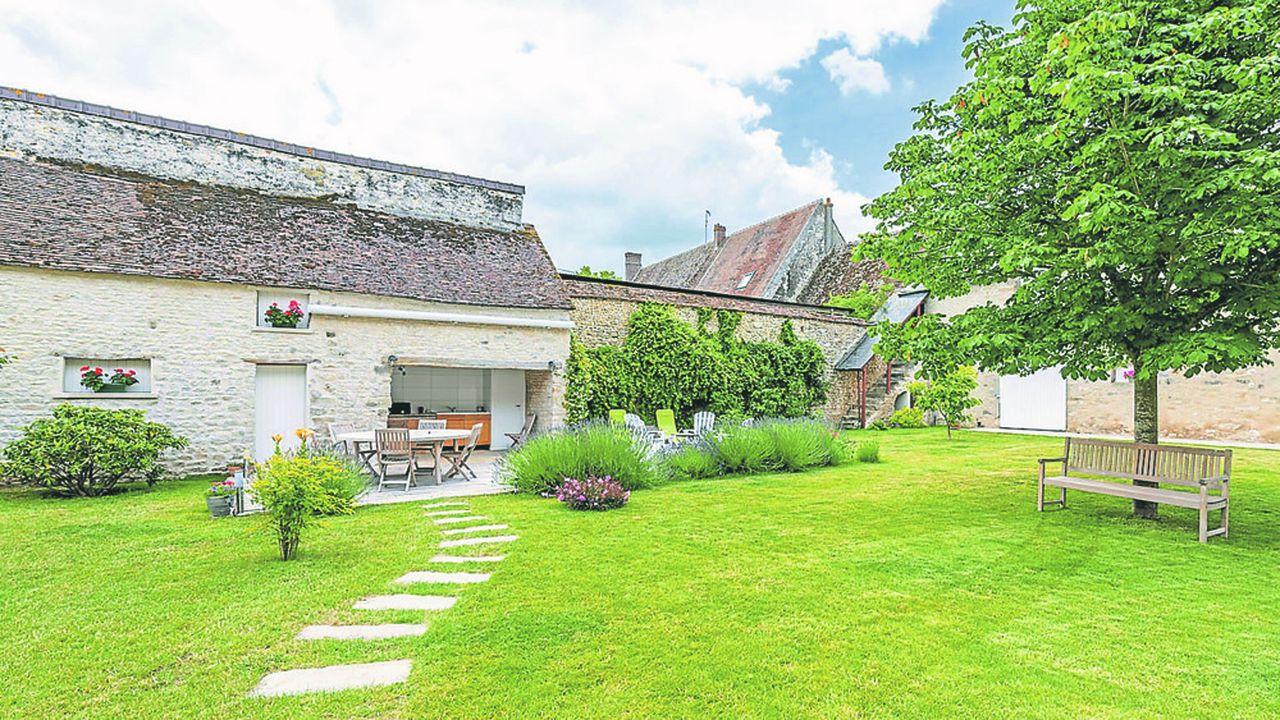 Cet ancien corps de ferme se situe dans un village proche de Milly-la-Forêt à seulement 70km de Paris et 22km de Fontainebleau.