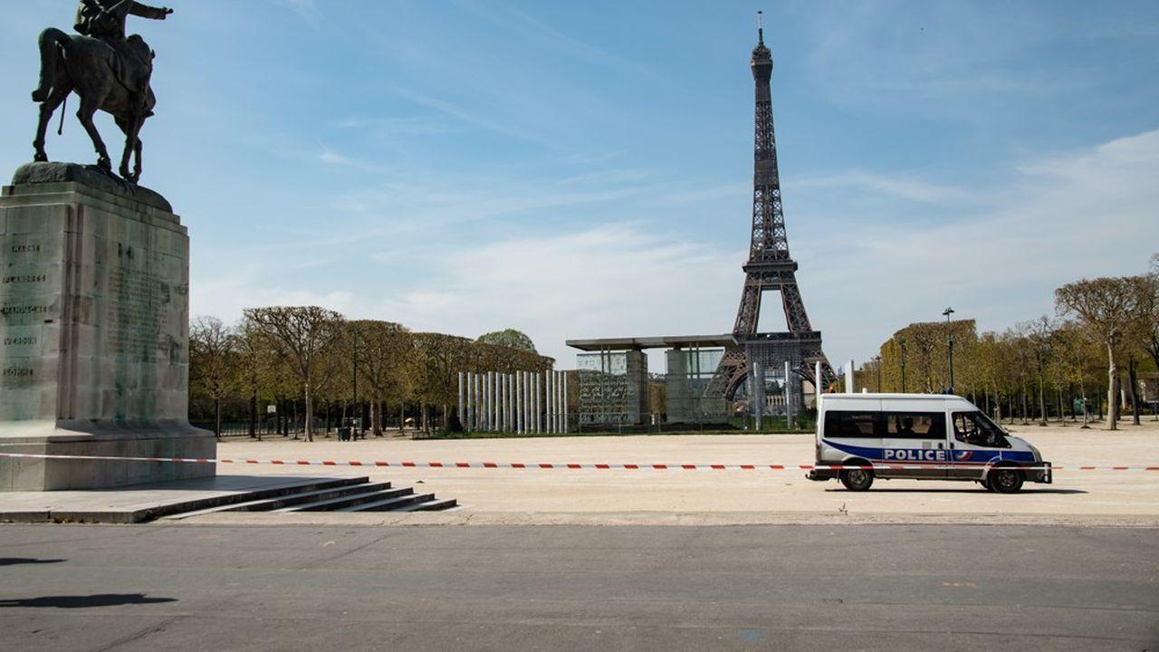 Un camion de police stationné devant la tour Eiffel, le 7avril 2020.
