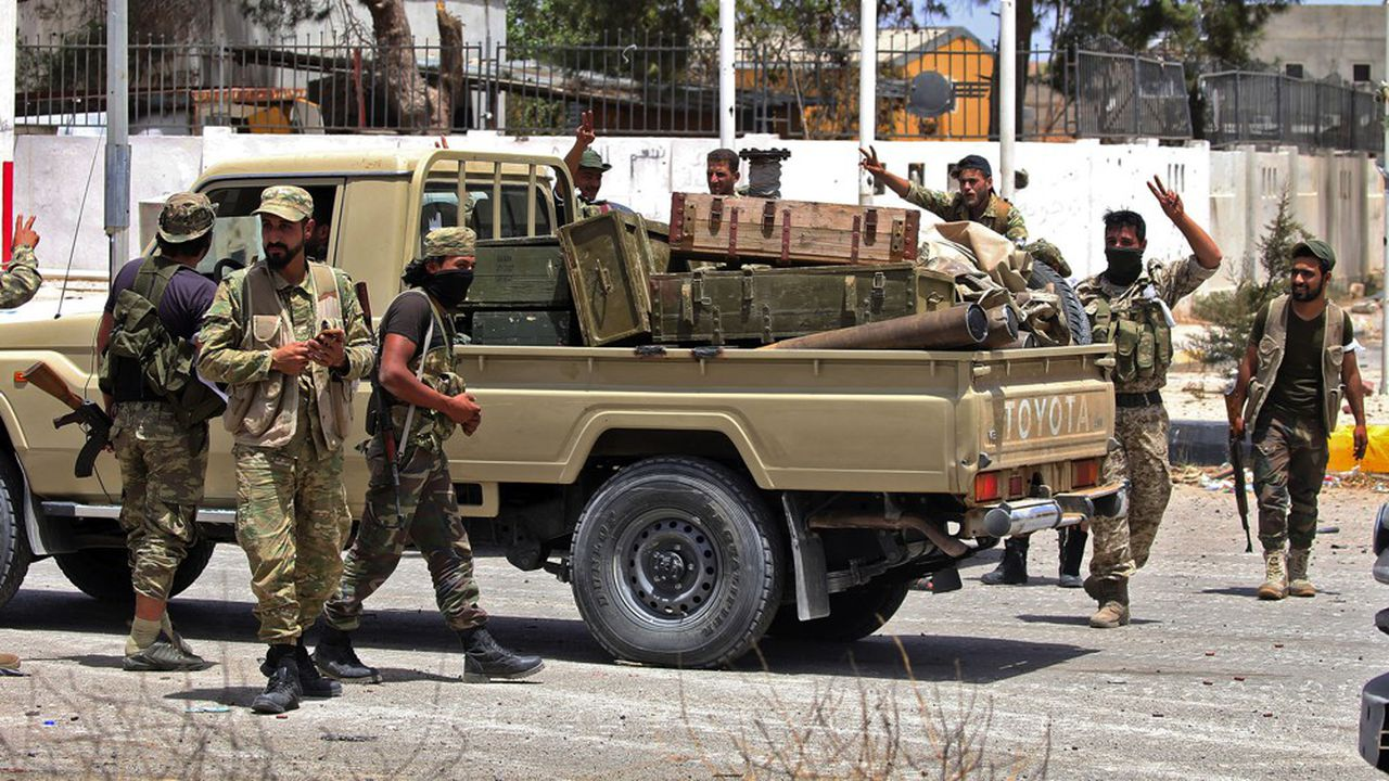 Des soldats libyens se congratulent après avoir repris un district au sud de la capitale, Tripoli, avec l'appui de l'armée turque, début juin.