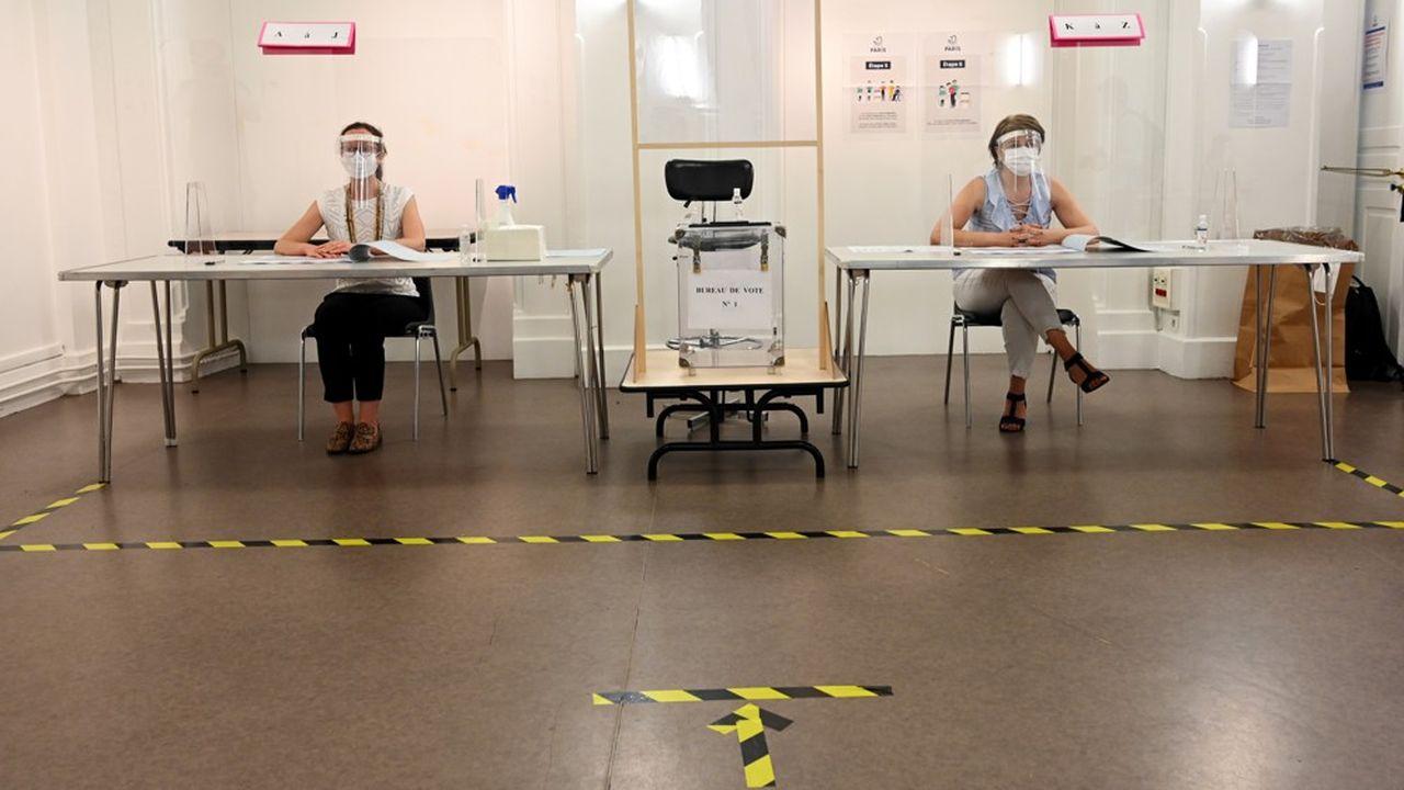 Le scrutin se tient sous protection sanitaire renforcée avec port du masque obligatoire dans les bureaux de vote, gel hydroalcoolique et priorité aux personnes vulnérables pour voter.