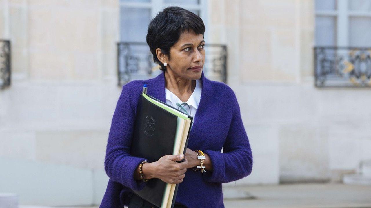 L'ancienne ministre des Outre-Mer sous le gouvernement Manuel Valls, Ericka Bareigts, est la première femme à être élue maire du chef-lieu de La Réunion.