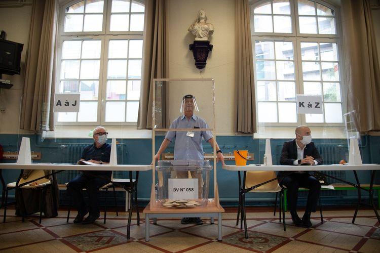 Le second tour des élections municipales s'est deroulé dans le plus grand respect des gestes barrières : Ici à Paris, dans un bureau de vote du 15e arrondissement.