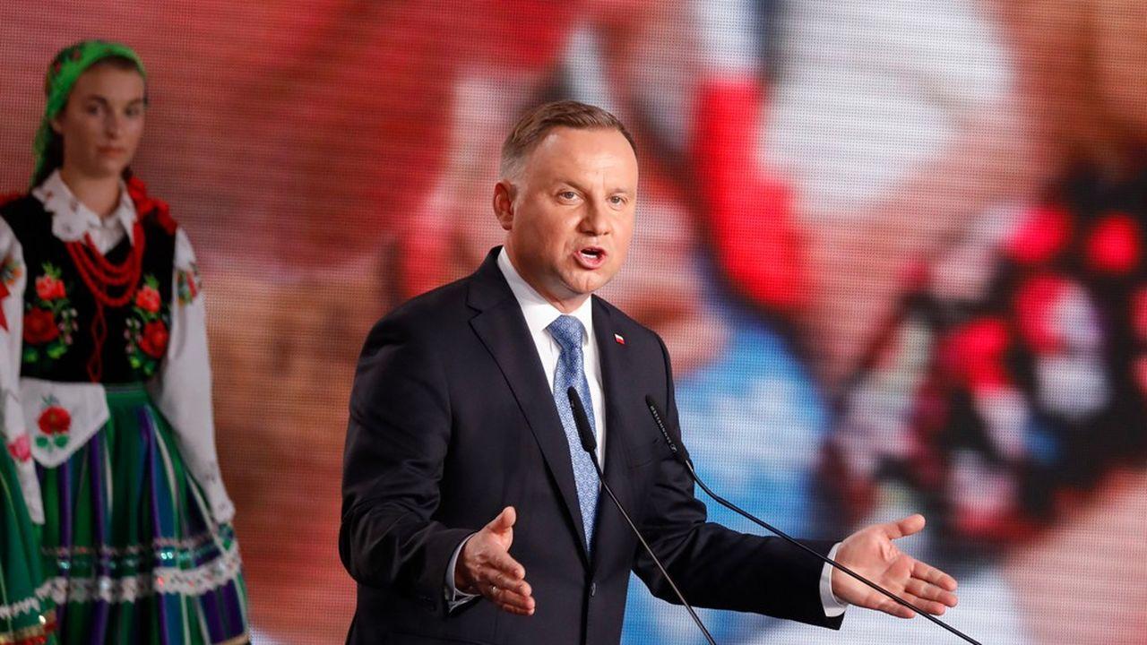Le président sortant Andrzej Duda remercie ses supporters dimanche soir à Lowicz,