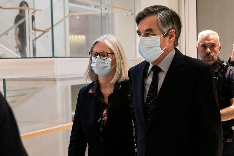 François et Penelope Fillon sortent de la salle du tribunal après leurs condamnations.