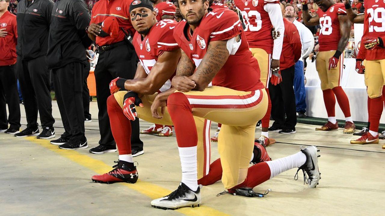 Colin Kaepernick est devenu le symbole de la lutte contre les violences policières dès 2016 en mettant un genou à terre. Ce geste lui vaudra un boycott officieux des équipes de la NFL dont certaines réfléchissent désormais à le faire revenir sur les terrains.