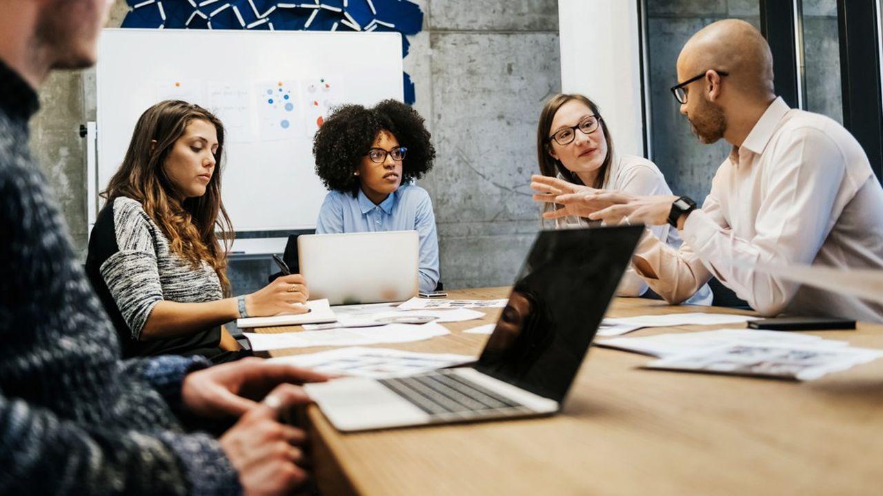 L'étude du CAE estime qu'il faudrait «rendre obligatoire une formation des membres du Comité social et économique (CSE), des délégués syndicaux et des inspecteurs du travail sur les moyens d'assister les salariés» et former les salariés «à la non-discrimination».