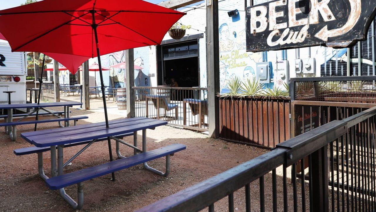 Le 26juin, le gouverneur du Texas, le Républicain Greg Abbott, a annoncé la fermeture des bars et limité les rassemblements publics à 100 personnes maximum.