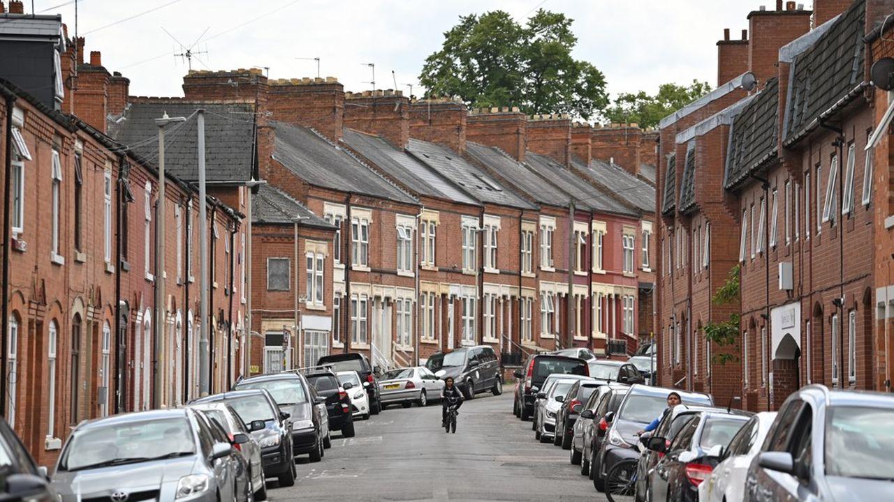 Un garçon à vélo dans les rues de la banlieue de Leicester, ce mardi. Les commerces non essentiels, qui avaient rouvert le 15, ont rebaissé le rideau. Les écoles fermeront dès jeudi pour la plupart des élèves, renvoyant la ville à la situation du pays à la fin mai.