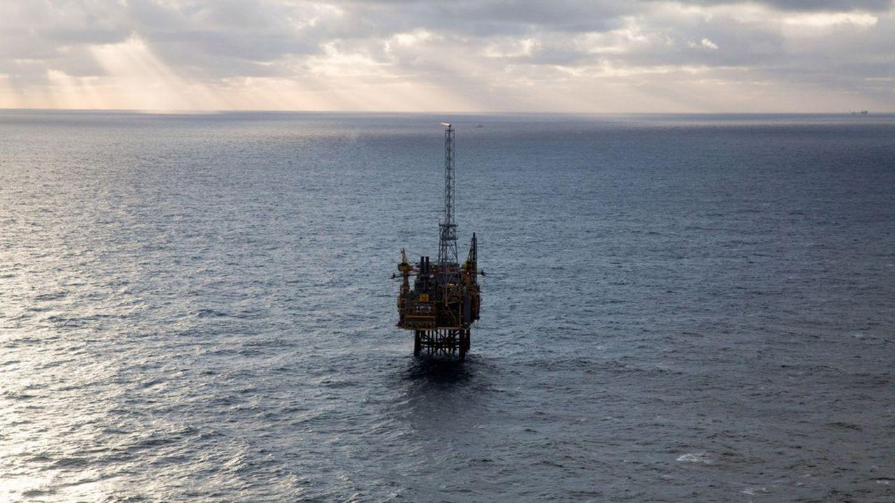 Des dizaines de milliards de dollars sont effacées des bilans des compagnies pétrolières pour tenir compte d'une baisse de valeur de leurs actifs.