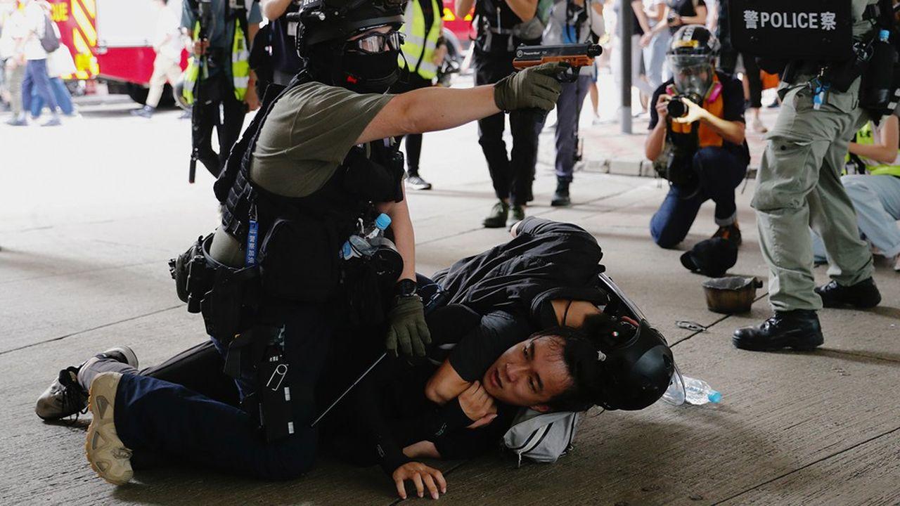 A Hong Kong, la loi sur la sécurité nationale punit quiconque organise ou participe à des actes de «sécession», de «subversion», de «terrorisme» et de «collusion» avec l'étranger, avec des peines pouvant aller jusqu'à l'emprisonnement à vie.