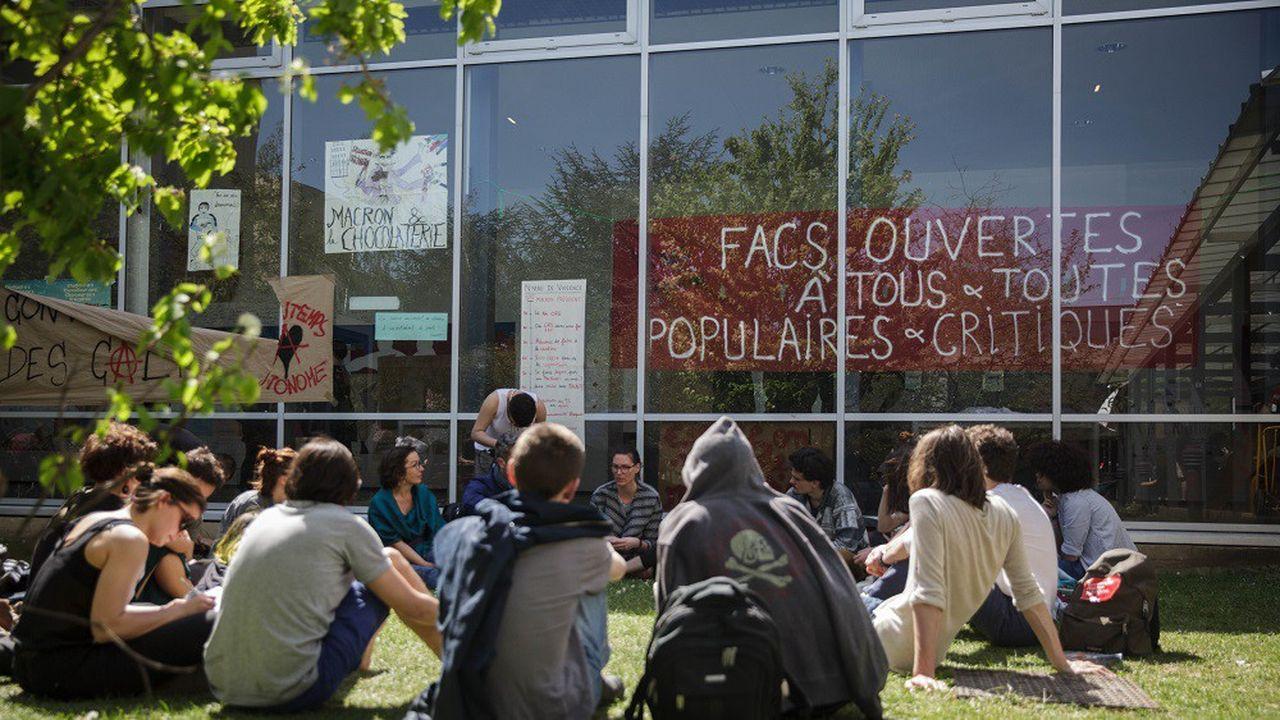 La décision du gouvernement avait provoqué la colère de nombreux étudiants, comme ici à l'université de Nanterre.