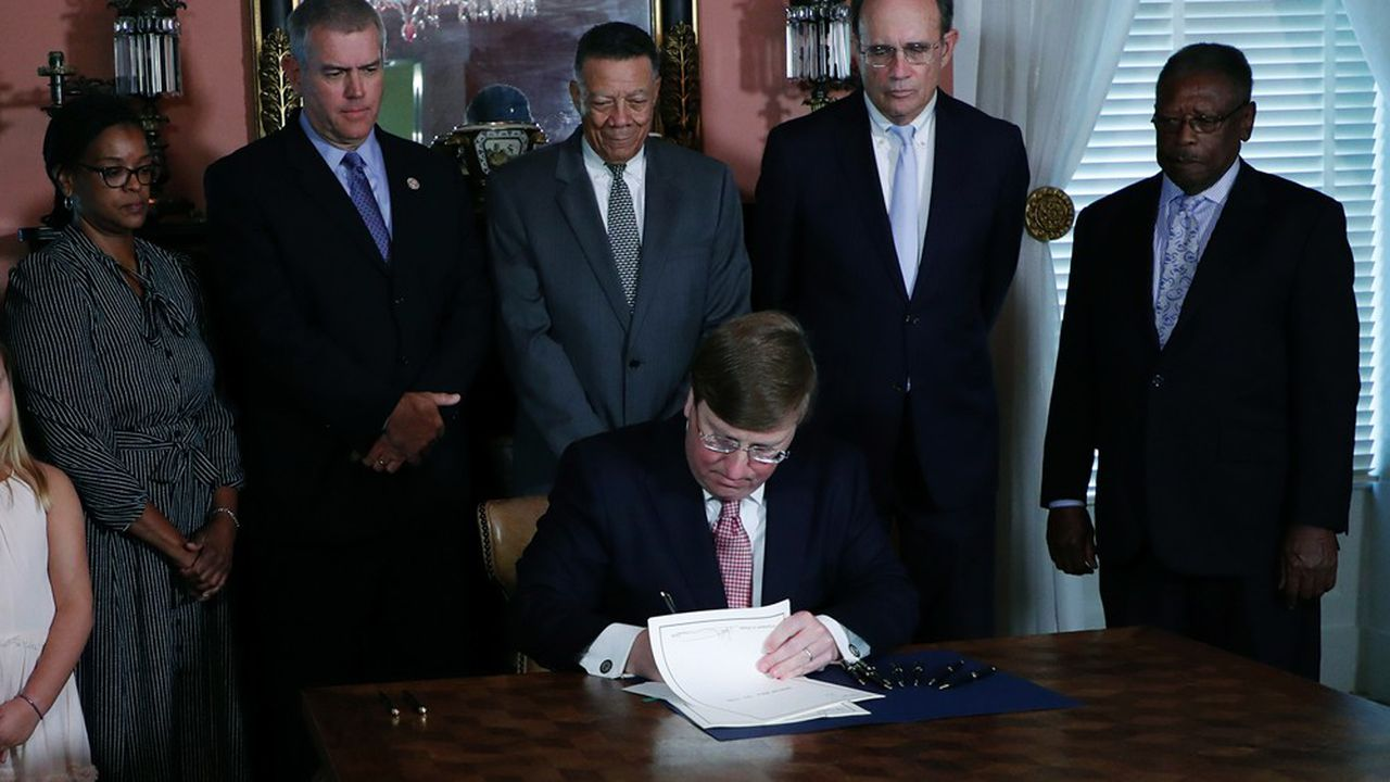 Le Mississippi abandonne son drapeau, jugé raciste