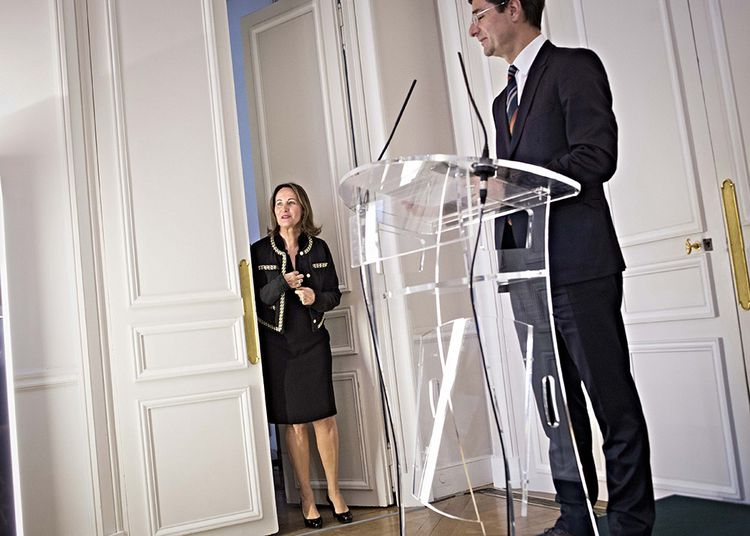 Ségolène Royal, éphémère numéro 2 de la banque, entre dans la salle où Nicolas Dufourcq tient une conférence de presse, en avril 2013.