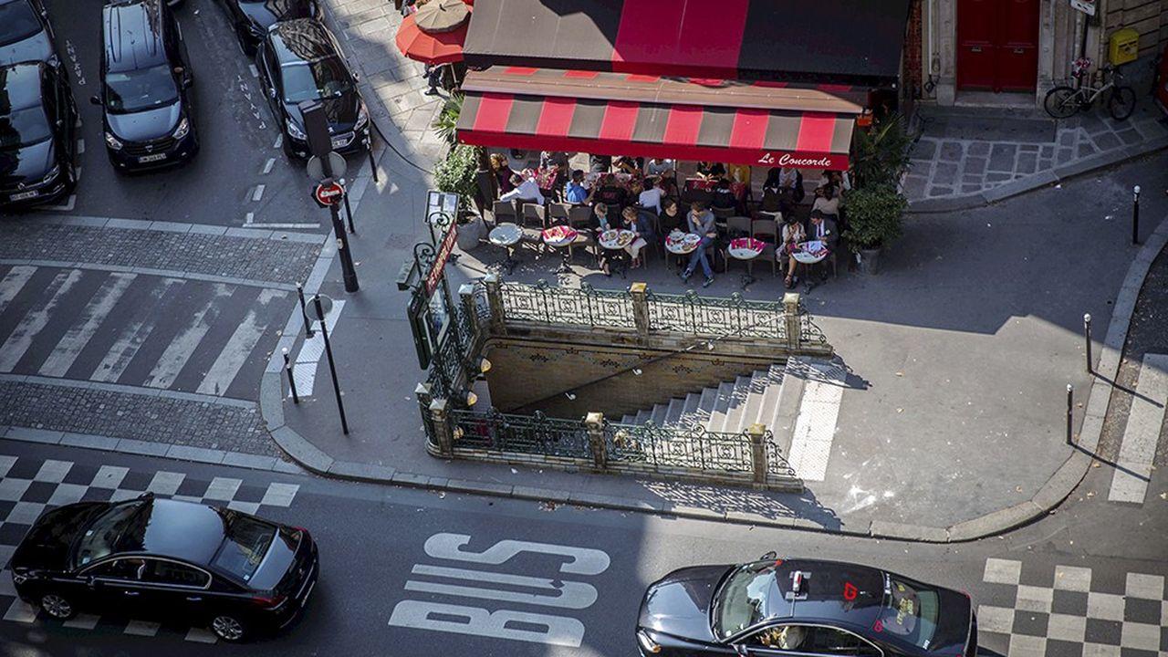 Boulevard Saint-Germain à Paris. Cas unique au monde, la plate-forme G7 concentre la moitié de l'offre de taxis dans la capitale.