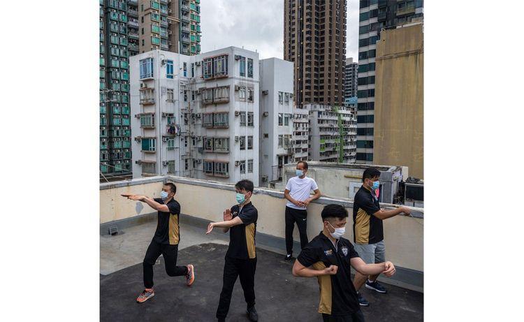 Les ventes de climatiseurs en Asie ont bénéficié de l'émergence d'une classe moyenne sous un climat tropical et du boom de la construction. Aujourd'hui, ce sont les modèles à purificateur d'air qui devraient avoir le vent en poupe, en raison de l'épidémie de Covid (ci-contre, un cours de kung fu sur un toit, à Hong Kong, en mai dernier).