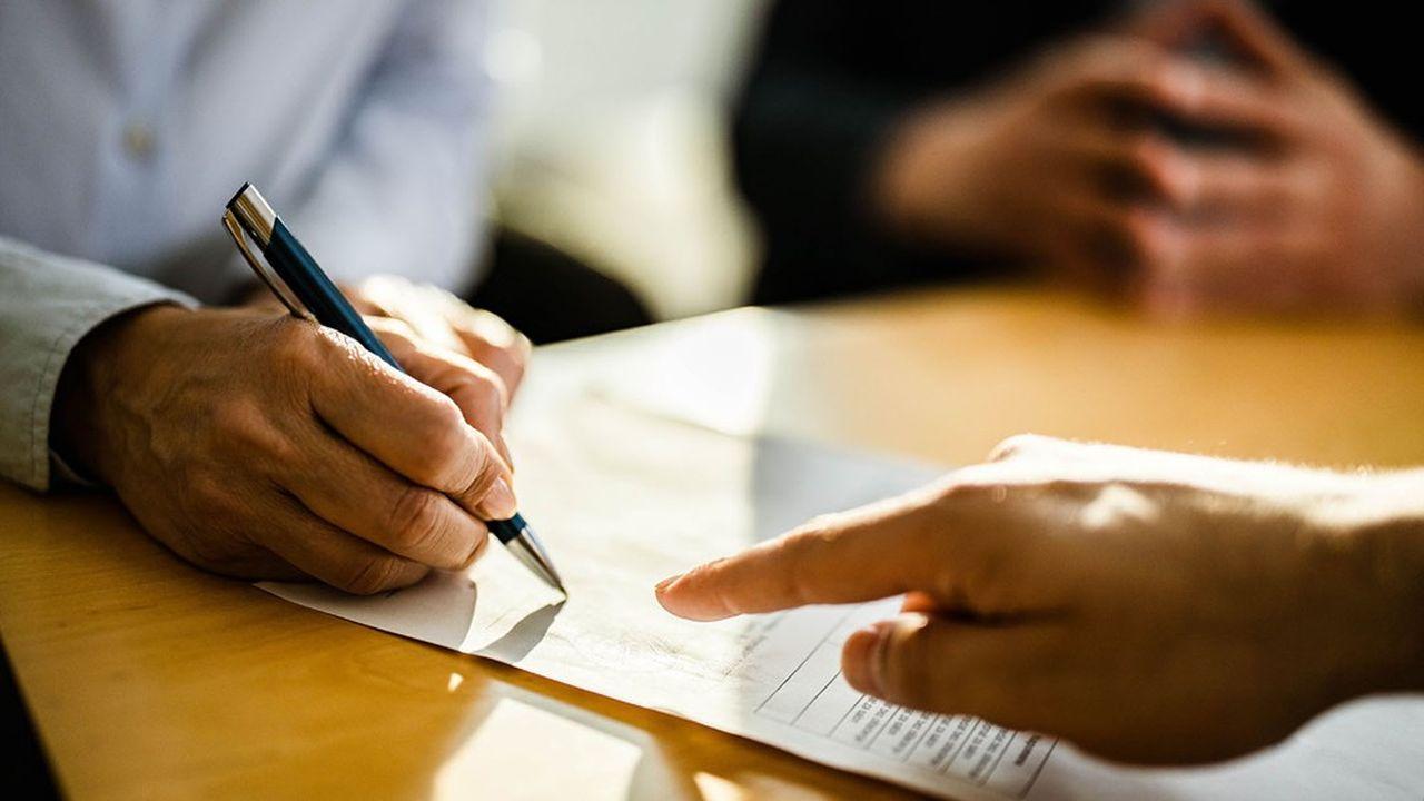 La transformation s'effectue soit par avenant (clauses additionnelles) au contrat existant, soit par la conclusion d'un nouveau contrat,.