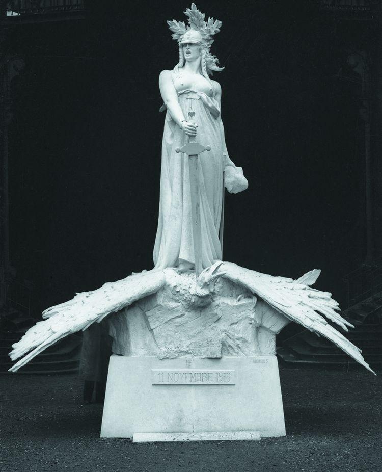 La République écrasant l'Aigle impérial allemand, statue commémorant le 11 novembre 1918, oeuvre de François Mourgues.