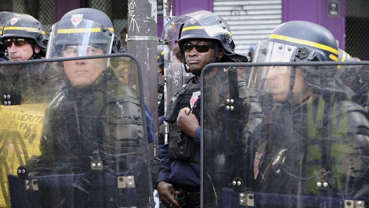 Des policiers de la Compagnie républicaine de sécurité (CRS) lors d'une manifestation contre le racisme et les violences policières à Paris, le 13juin.