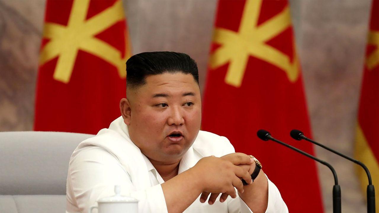 Kim Jong Un salue le