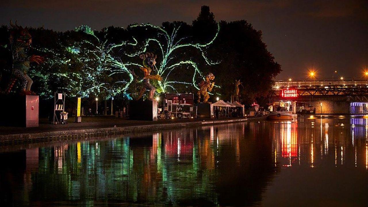 Le soir, les arbres du parc se parent des projections vidéo conçues par cinq artistes.