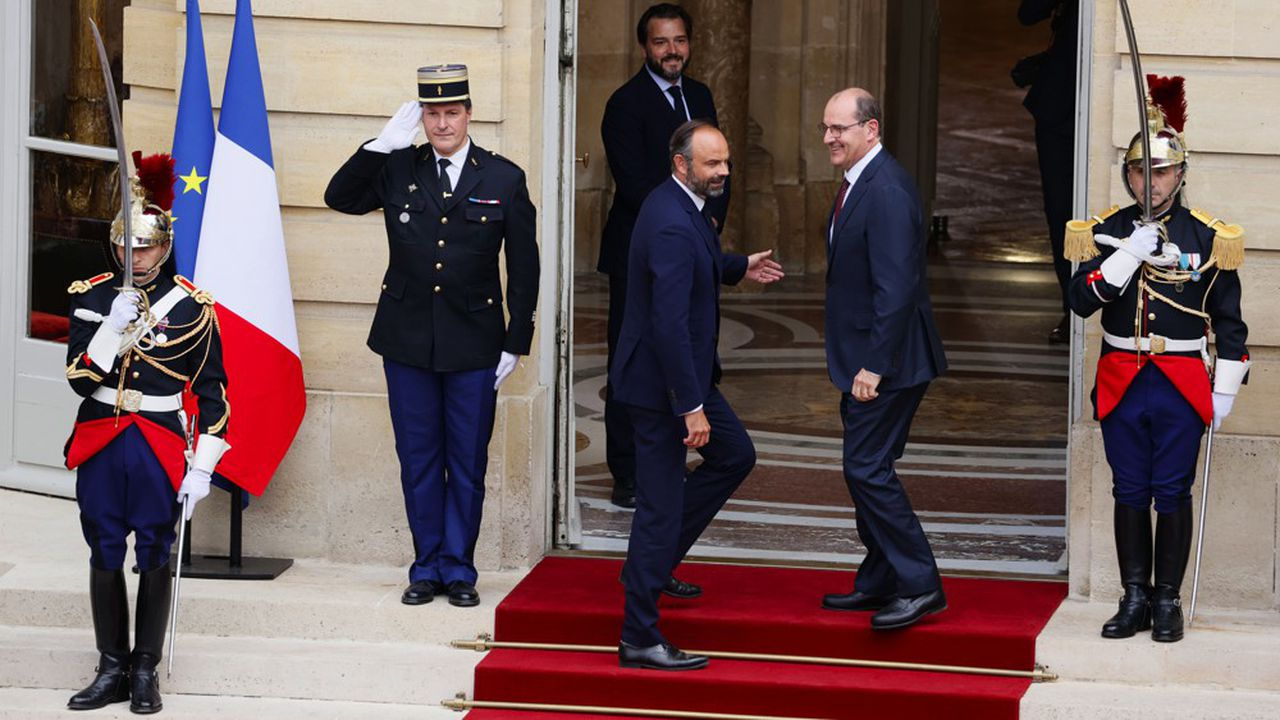 Edouard Philippe accueille à Matignon son successeur Jean Castex pour la passation de pouvoir ce vendredi après-midi.