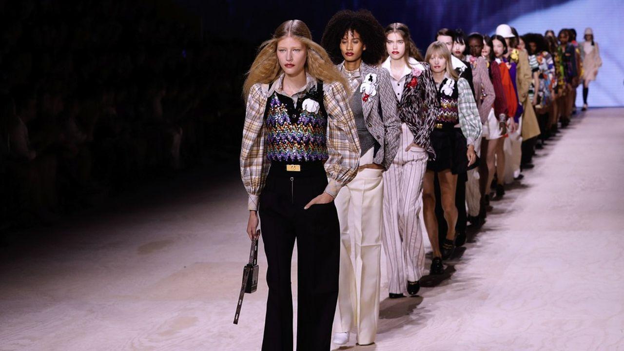 Des modèles présentant des créations Louis Vuitton au Louvre à l'automne 2019.