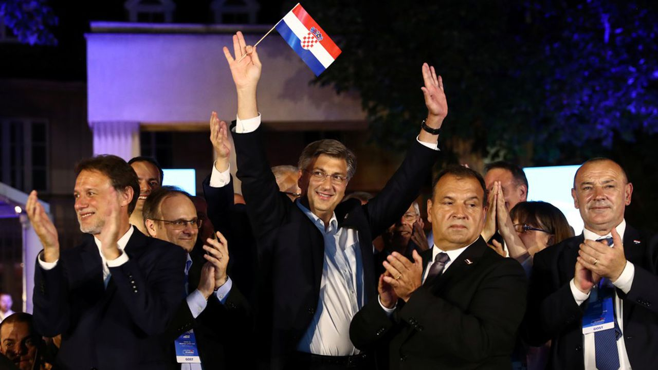 Le Premier ministre Andrej Plenkovic, lors de la soirée électorale, agite un drapeau croate après l'annonce des résultats.