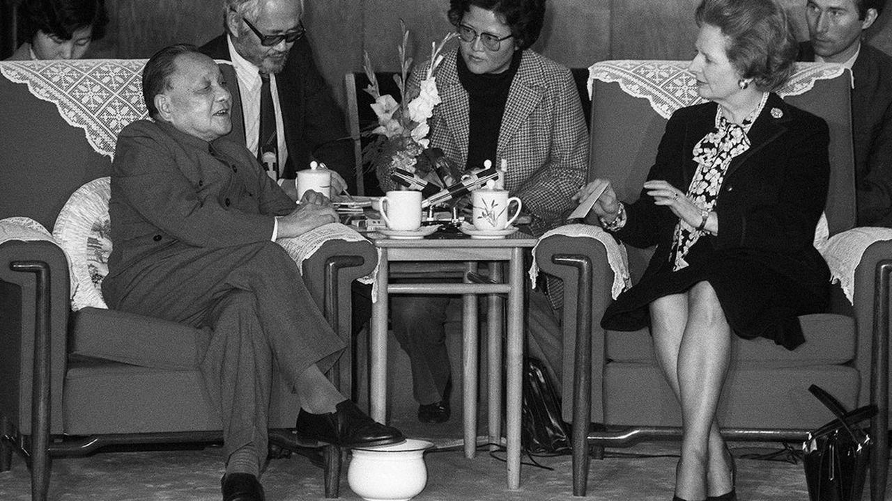 Le 19décembre 1984 à Pékin, Margaret Thatcher, alors Première ministre britannique, rencontre le numéro un chinois Deng Xiaoping, scellant ainsi leur accord sur le futur statut de Hong Kong.